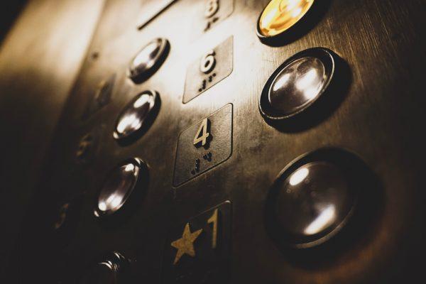 Evitar contagio por COVID-19 en el ascensor